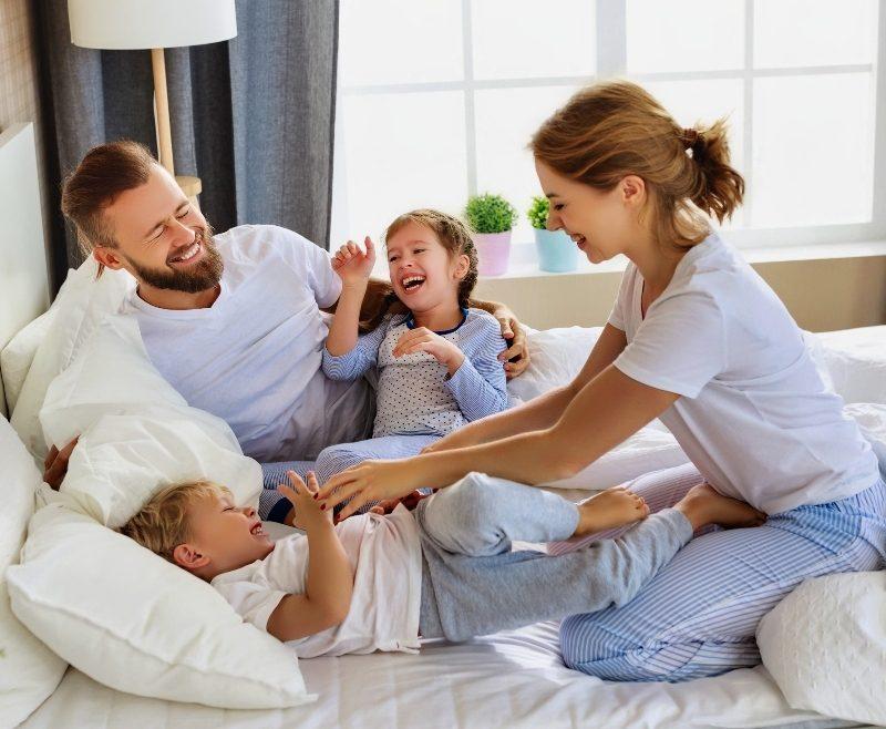 famiglia felice negli appartamenti residenze del parco pontedera località la borra